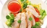 Sliced chicken breast with salad and sweet chilli sauce